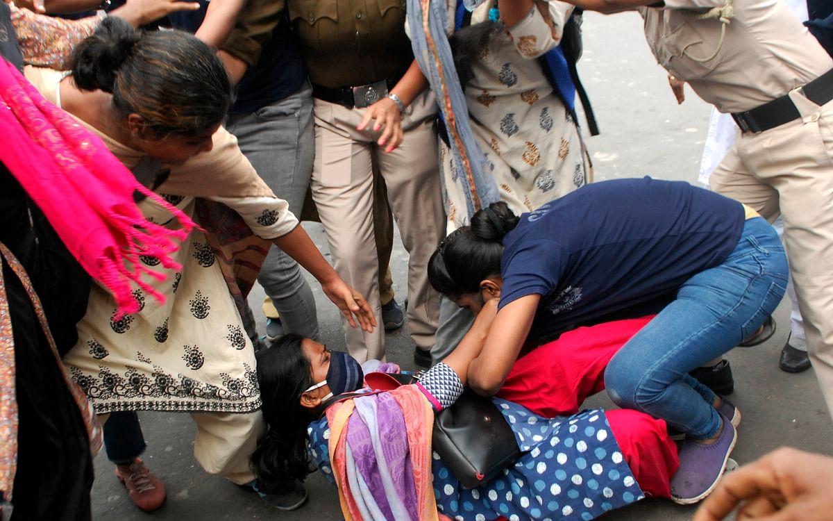 भारत बंद के समर्थन में सड़कों पर उतरे कांग्रेस-वाममोर्चा के समर्थक, दो जगह लाठीचार्ज