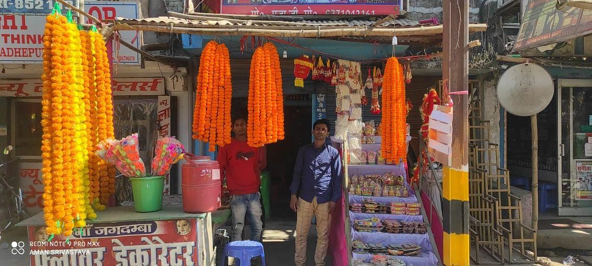 मतगणना को लेकर बाजार में लड्डू और फूलों की सजने लगी दुकानें