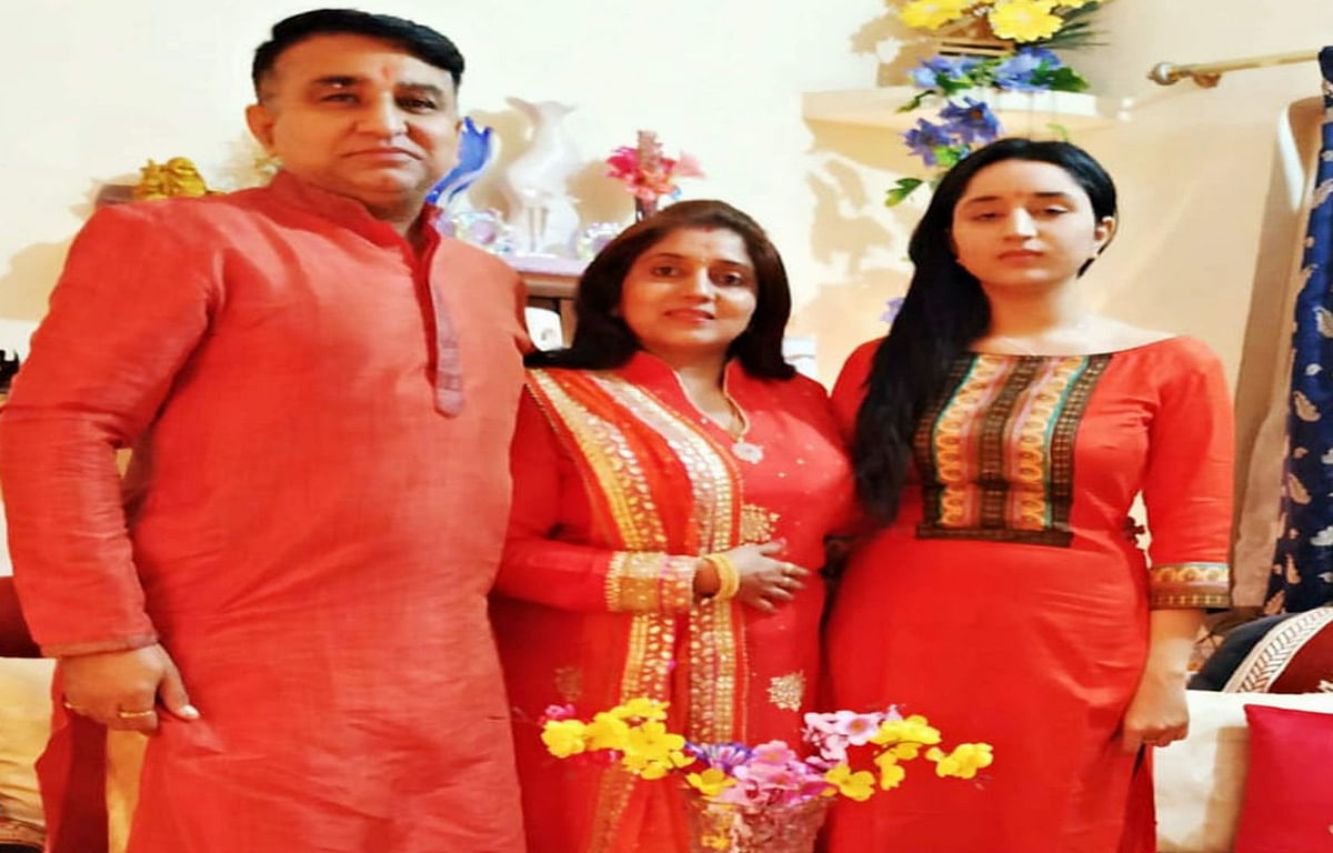 Jharkhand news : अपनी पुत्री और पत्नी मिनी स्टीफन कपूर के साथ को-ऑपरेटिव कॉलोनी निवासी साजन कपूर.