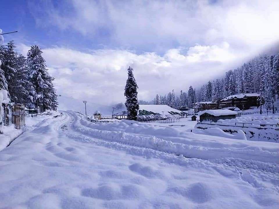 बर्फ से ढंका एक पहाड़ी गांव