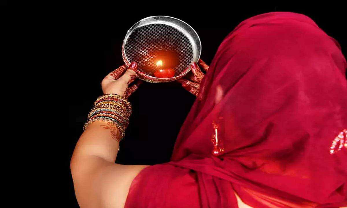 Karwa Chauth 2020, Moonrise Time : चांद के दर्शन कर सुहागिनों ने तोड़ा व्रत, 16 शृंगार के साथ सजीं महिलाएं