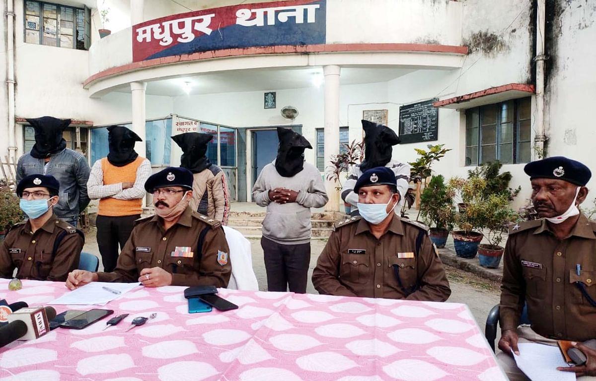 दिल्ली से मधुपुर आ रही 15 लाख से अधिक के प्रतिबंधित गुटखे को पुलिस ने किया बरामद, जानें कैसे हुई बरामदगी