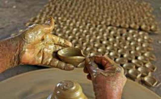 Diwali 2020: कोरोना से हो चुका है बहुत नुकसान, अब मिट्टी के दीयों से उम्मीदों की रोशनी