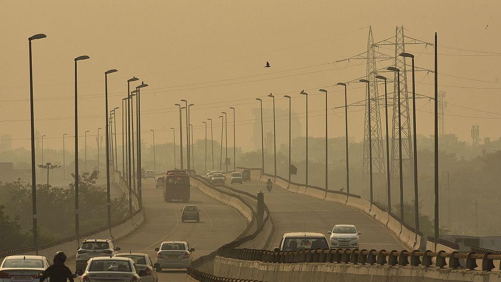 Delhi Pollution Update: यूं घुट रहा दिल्ली का दम! राजधानी की फिजा हुई जहरीली, एक्यूआई 400 पार