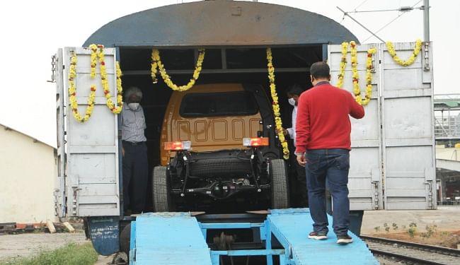 दक्षिण पश्चिम रेलवे के तमिलनाडु के होसुर से वाहनों की पहली खेप बांग्लादेश के बेनापोल रेलवे स्टेशन के लिए रवाना