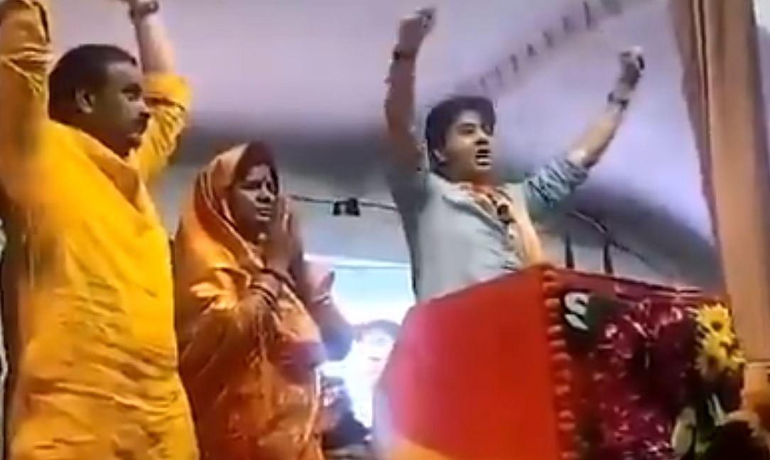 ज्योतिरादित्य सिंधिया ने गलती से मांग लिया कांग्रेस के लिए वोट कहा, विश्वास दिलाओ हाथ के पंजे वाला बटन दबेगा