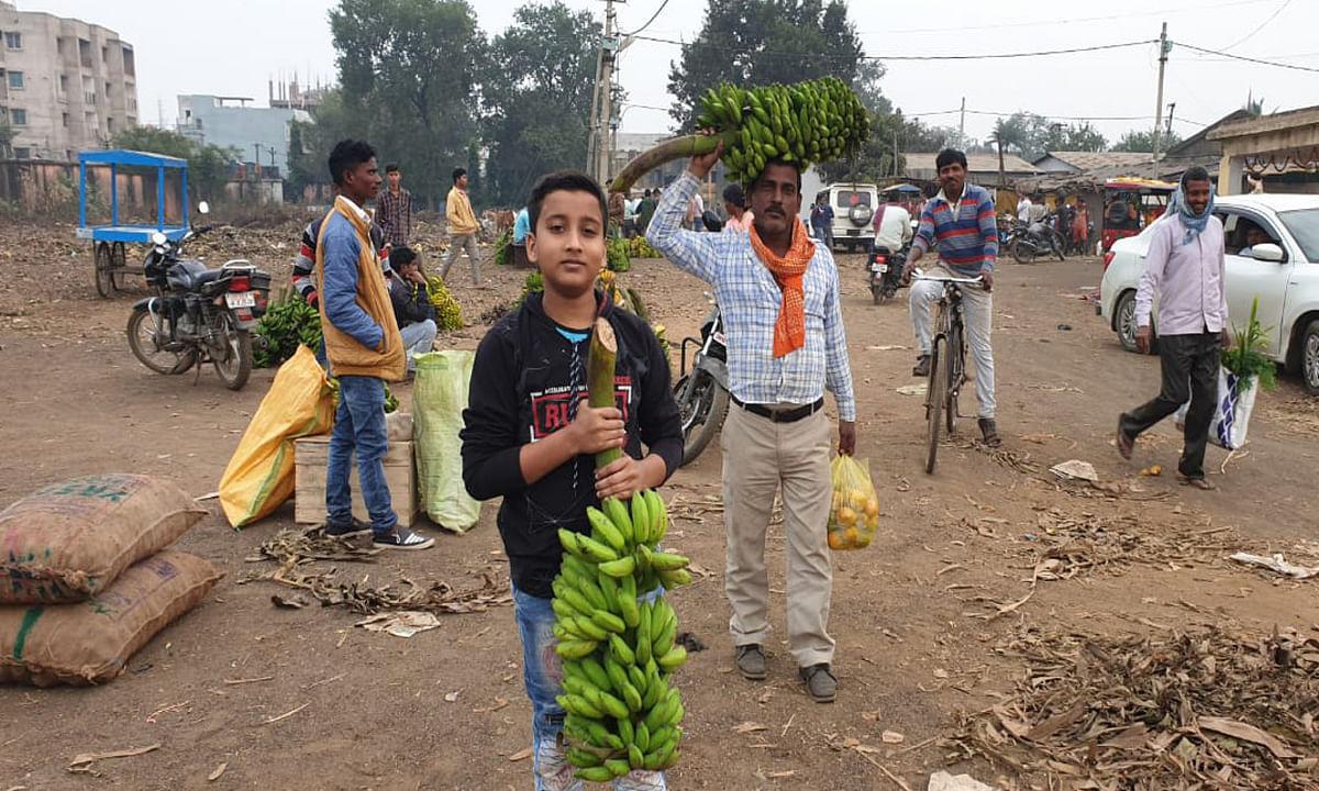 Jharkhand news : महापर्व छठ के लिए फलों को खरीद कर घर ले जाते बच्चे व पुरुष.