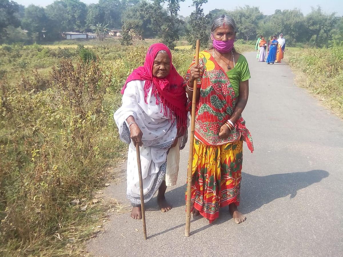 बुजुर्ग महिला वोटर मतदान केंद्र की ओर जाते