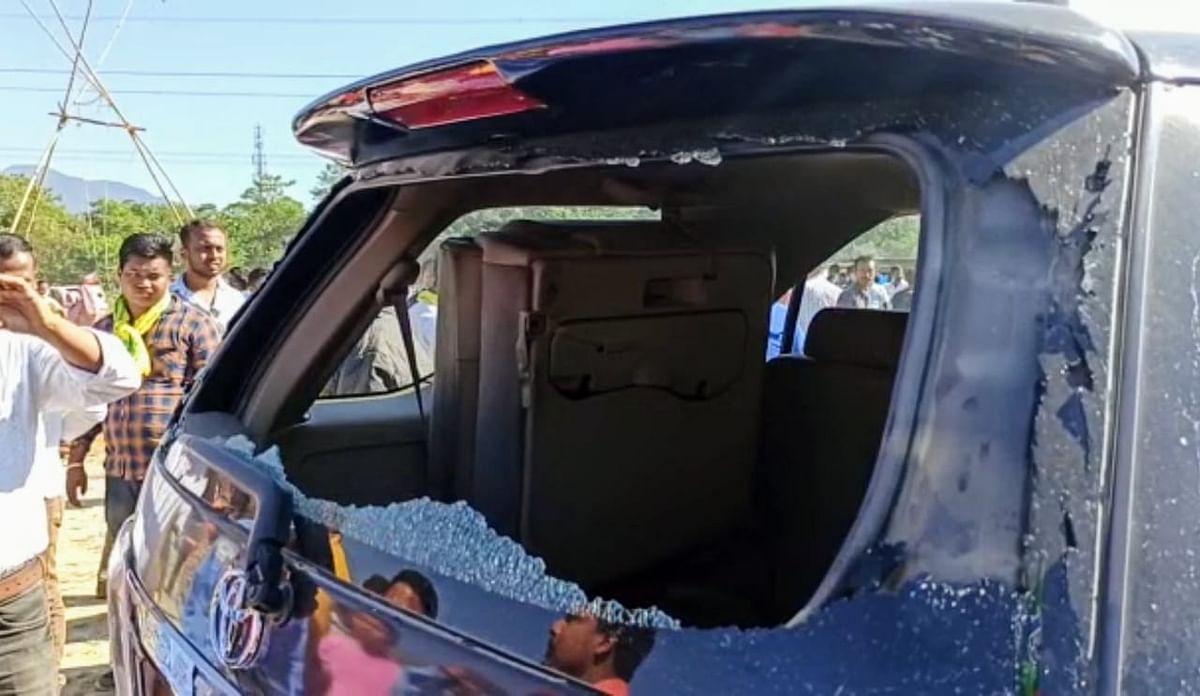 भाजपा प्रदेश अध्यक्ष दिलीप घोष के काफिले पर हमला, विधायक की कार पर पथराव, काला झंडा दिखाकर किया विरोध