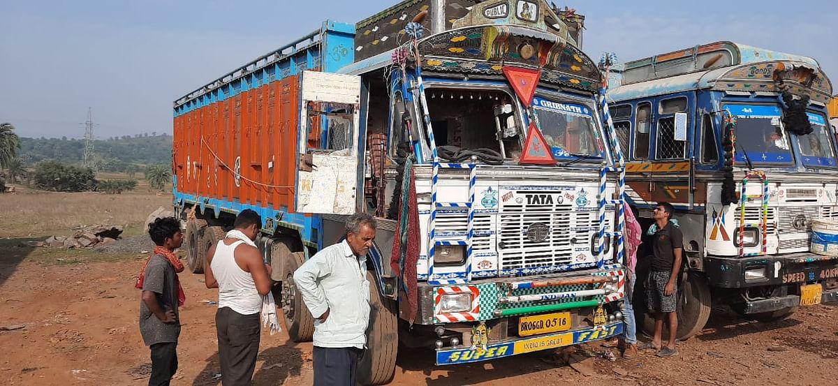 झारखंड में हथियार के बल पर नकाबपोश अपराधियों ने ट्रक चालकों से की लूटपाट, बम से किया हमला, एक ड्राइवर की हालत नाजुक