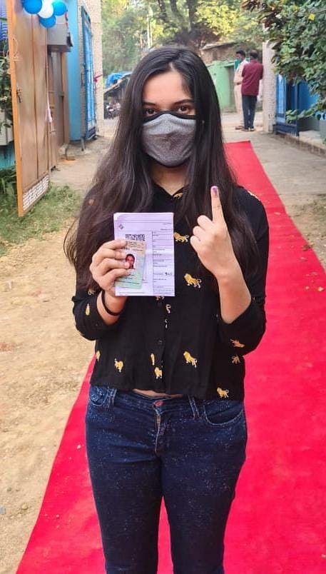 मतदान के बाद उत्साहित युवा वोटर रुशाली