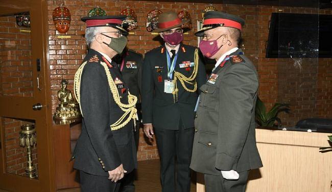 काठमांडू के त्रिभुवन हवाई अड्डे पर भारतीय सेना प्रमुख का स्वागत करते नेपाली सेना के अधिकारी प्रभुराम शर्मा