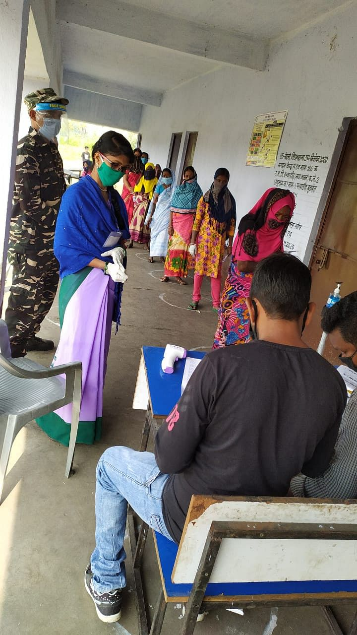 सुरक्षा के बीच वोट कर रहीं महिला वोटर्स