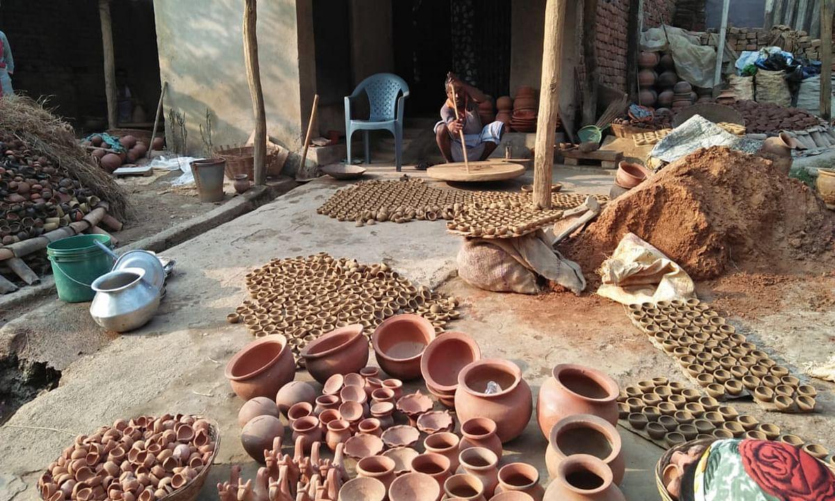 Diwali 2020 : चाइनीज लाइटों से कुम्हारों की आमदनी पड़ी फीकीं, धीमी हो गयी चाक की रफ्तार