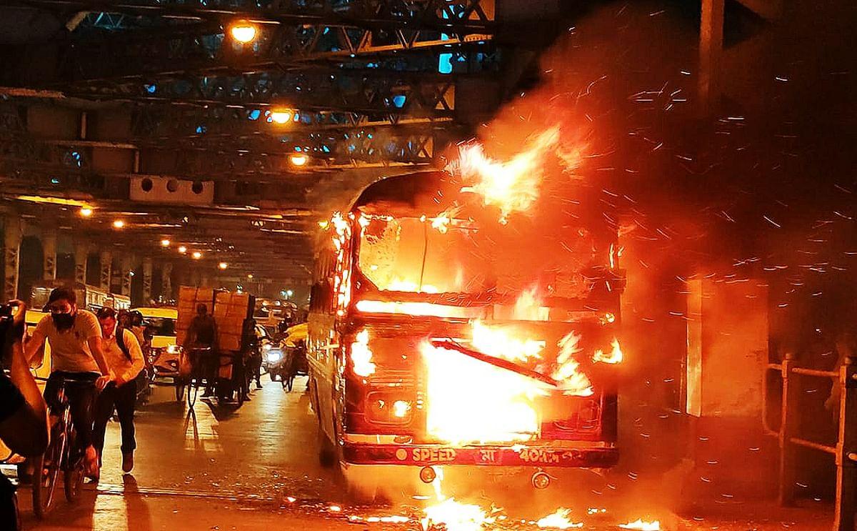 हावड़ा ब्रिज पर आग की लपटों में घिरी मिनी बस, मची अफरा-तफरी