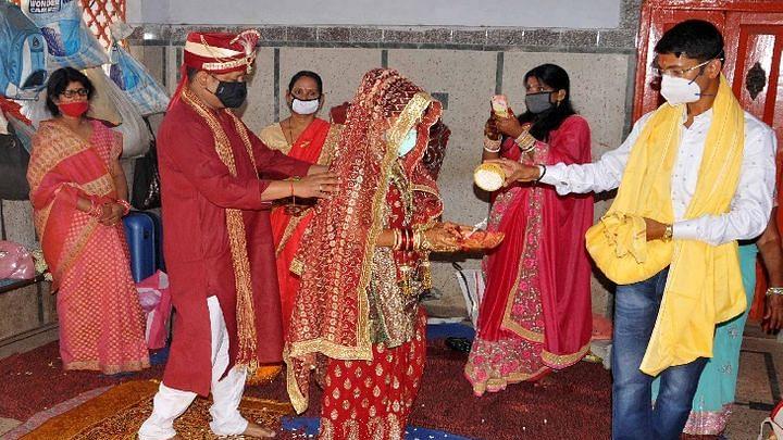 Coronavirus wedding Guidelines: कोरोना संकट में 25 से शादियों का दौर, दिल्ली-यूपी के बाद बिहार-झारखंड सहित इन राज्यों  में मेहमानों  की संख्या हो सकती है सीमित