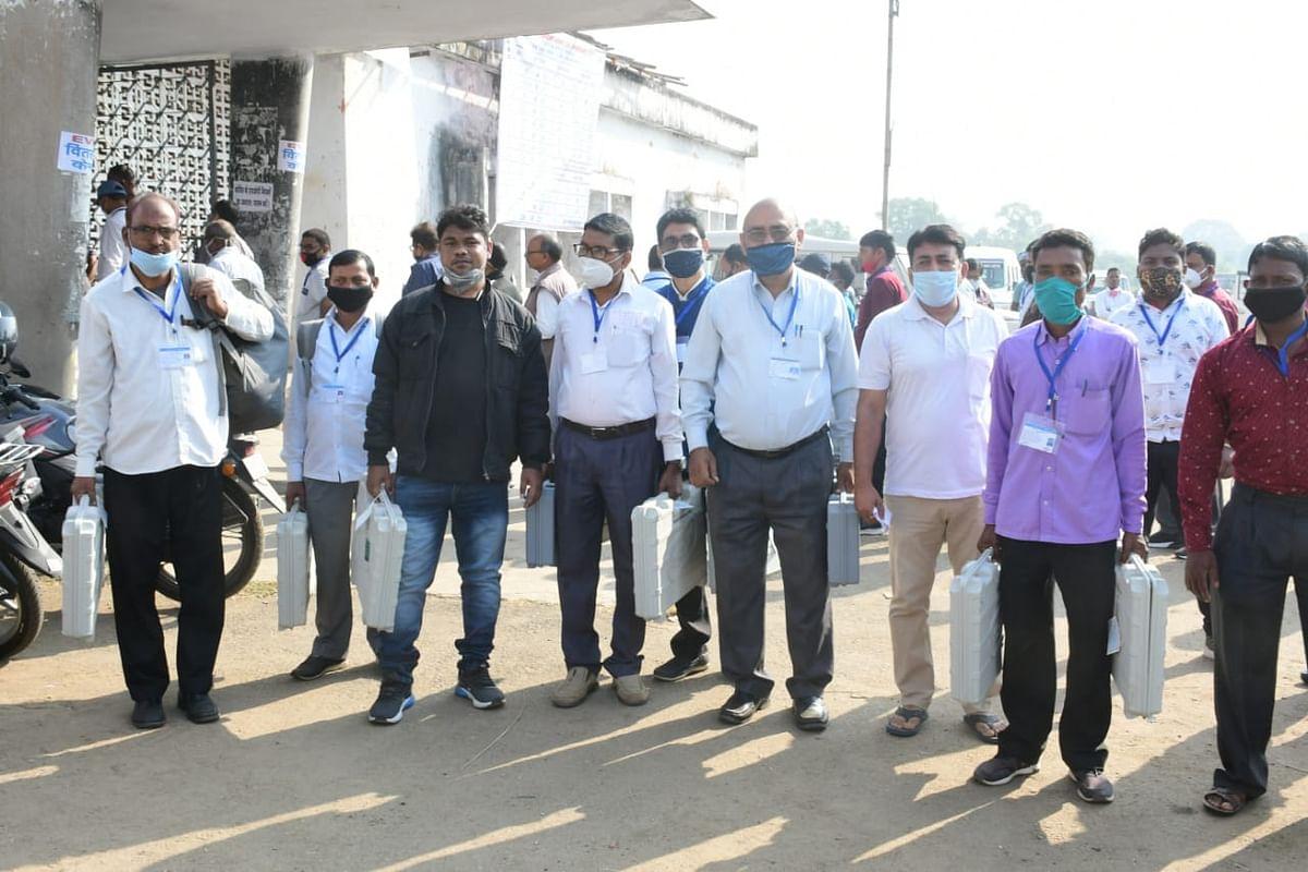 Jharkhand Assembly By-Election 2020 : बेरमो विधानसभा उपचुनाव कल, मतदान केंद्रों के लिए रवाना हुए मतदानकर्मी