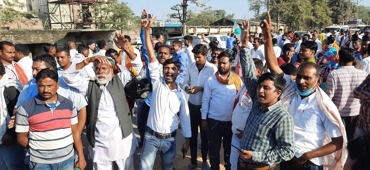 जश्न मनाते राजु कुमार सिंह के समर्थक