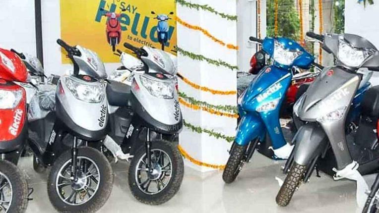 Diwali Dhanteras Offer: पेट्रोल वाले पुराने दोपहिया वाहनों को इलेक्ट्रिक स्कूटर में बदलने का शानदार मौका, जानें कैसे उठाएं फायदा