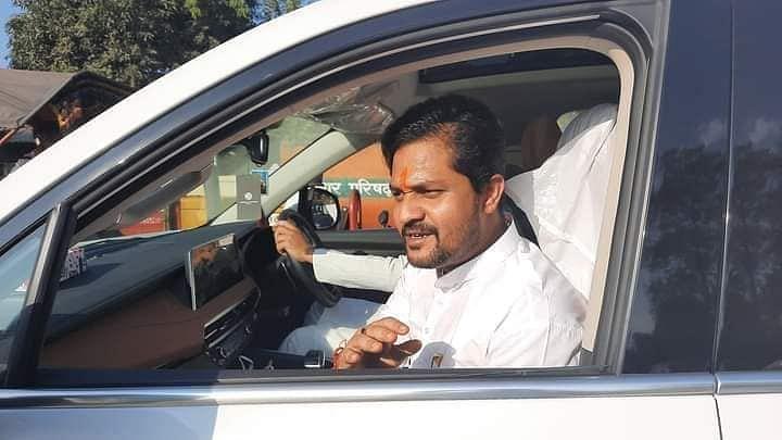 कांग्रेस के विजयी प्रत्याशी कुमार जयमंगल मतगणना केंद्र से बाहर निकलते हुए