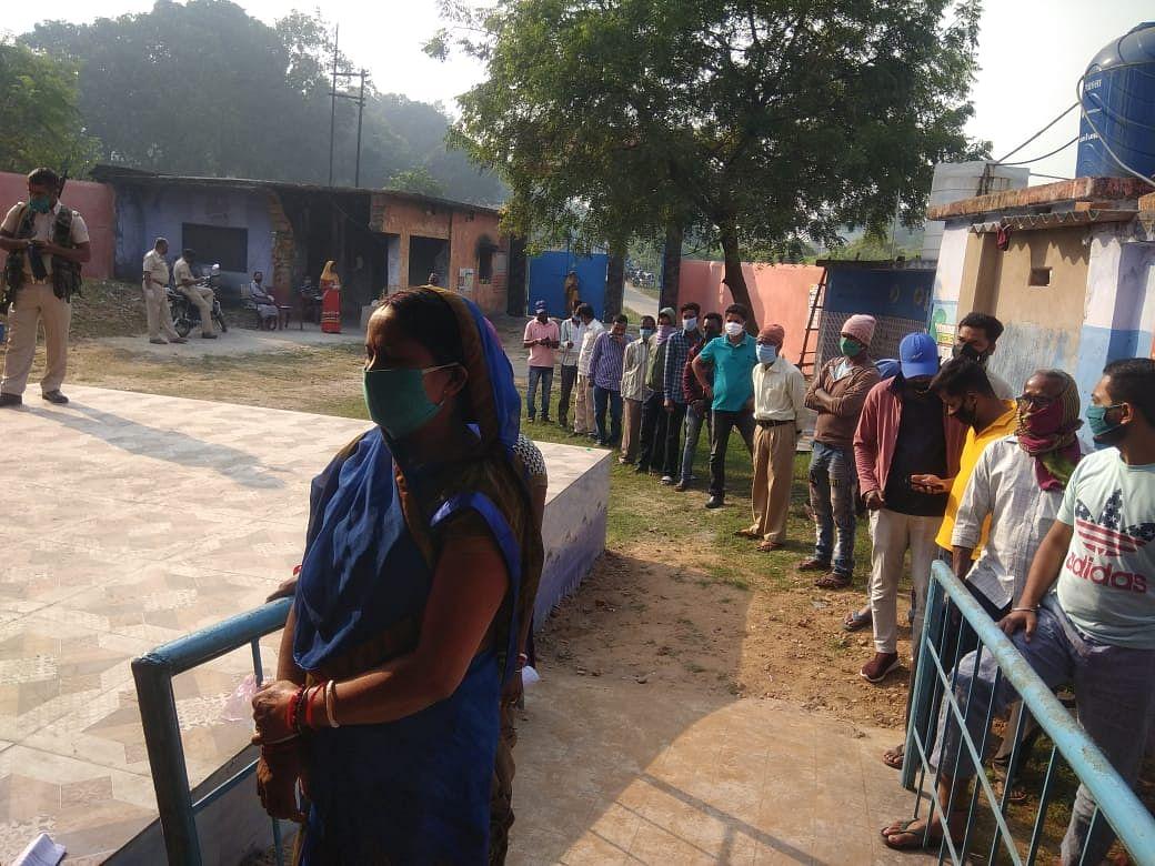 वोटिंग के लिए कतार में खड़े वोटर्स
