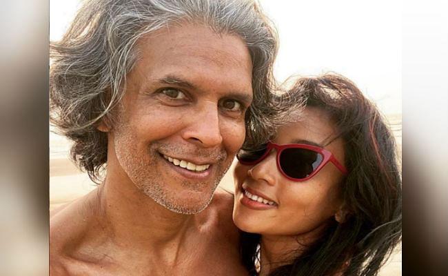 मिलिंद सोमन ने अब पत्नी संग शेयर की ये रोमांटिक तसवीर, फैंस कर रहे ऐसे कमेंट्स