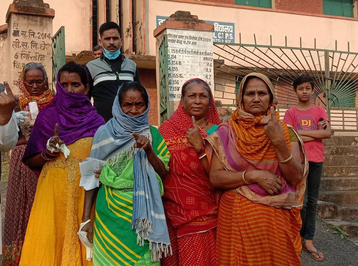 मतदान कर बाहर निकलीं महिला मतदाताएं अंगूठे का निशान दिखातीं