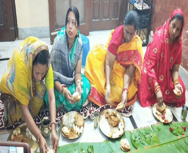 बेतिया में खरना का प्रसाद ग्रहण करती उपमुख्यमंत्री रेणु देवी