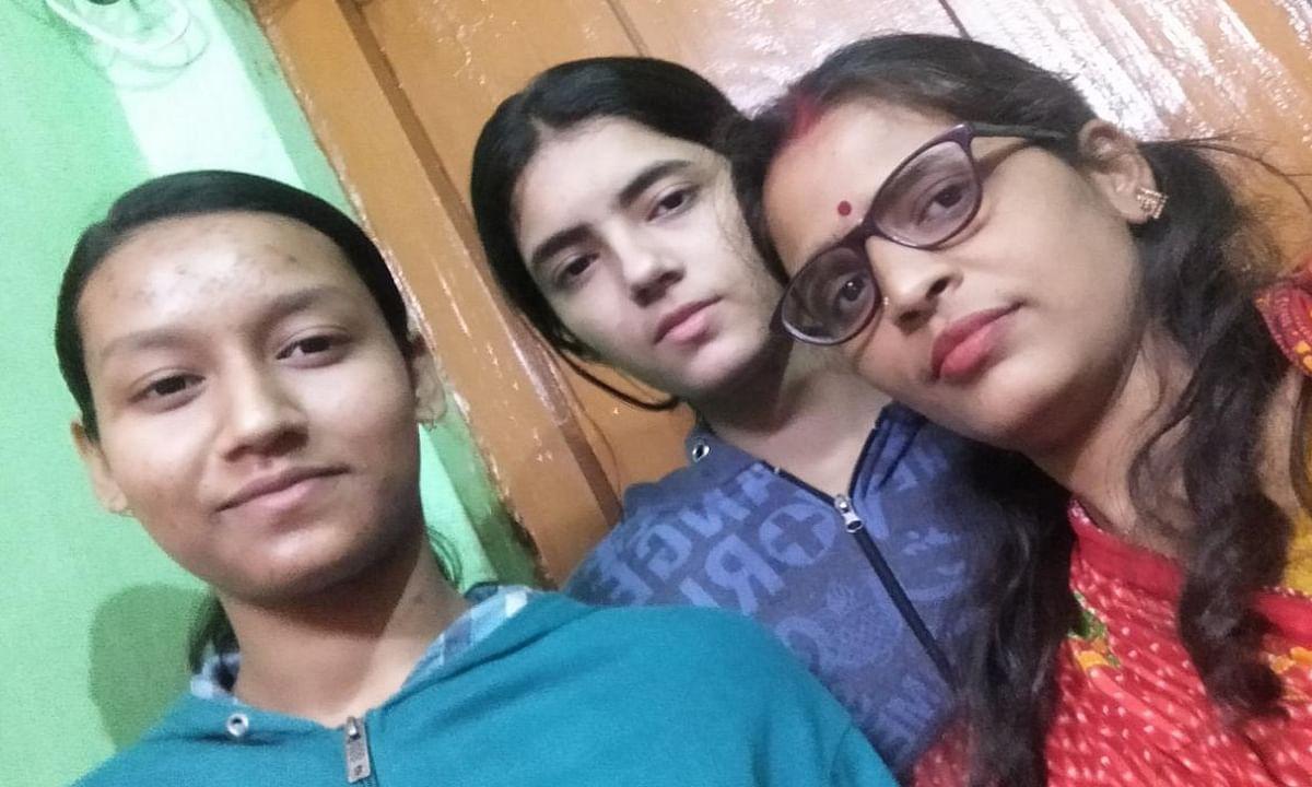 Jharkhand news : अपनी बेटियों के साथ कोयला नगर निवासी छठ व्रती करुणा तिवारी.