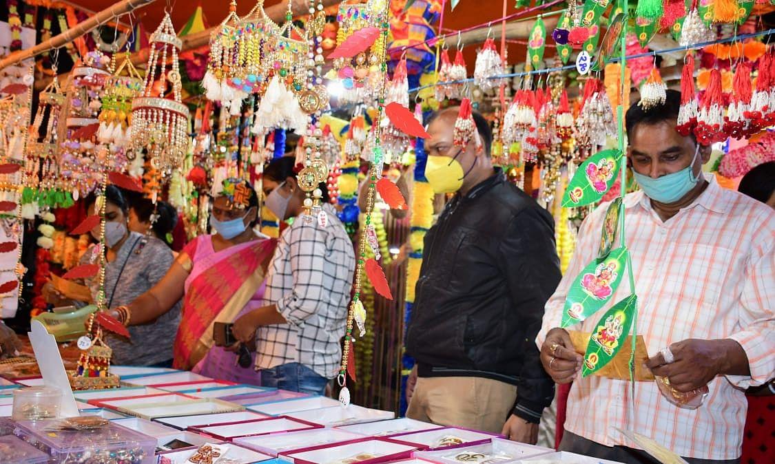 दीपावली की खरीदारी में व्यस्त हैं बोकारो और चास के लोग.