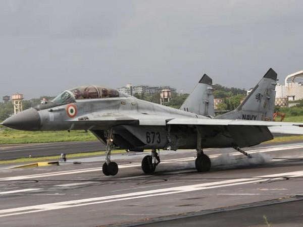 अरब सागर में दुर्घटनाग्रस्त हुआ भारतीय नौसेना का प्रशिक्षु विमान  MIG 29K, एक पायलट लापता