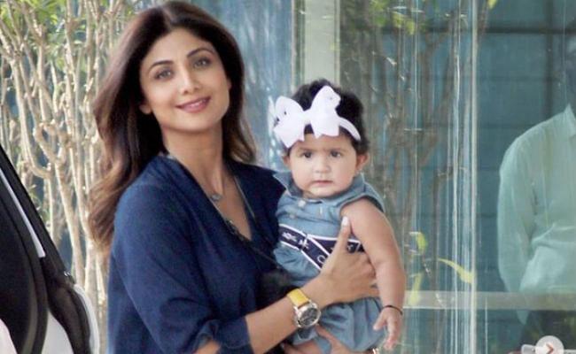 सरोगेसी से मां बनीं शिल्पा शेट्टी पहली बार बेटी समिशा के साथ बाहर दिखीं, पैपराज़ी ने कुछ ऐसे घेर लिया...VIDEO