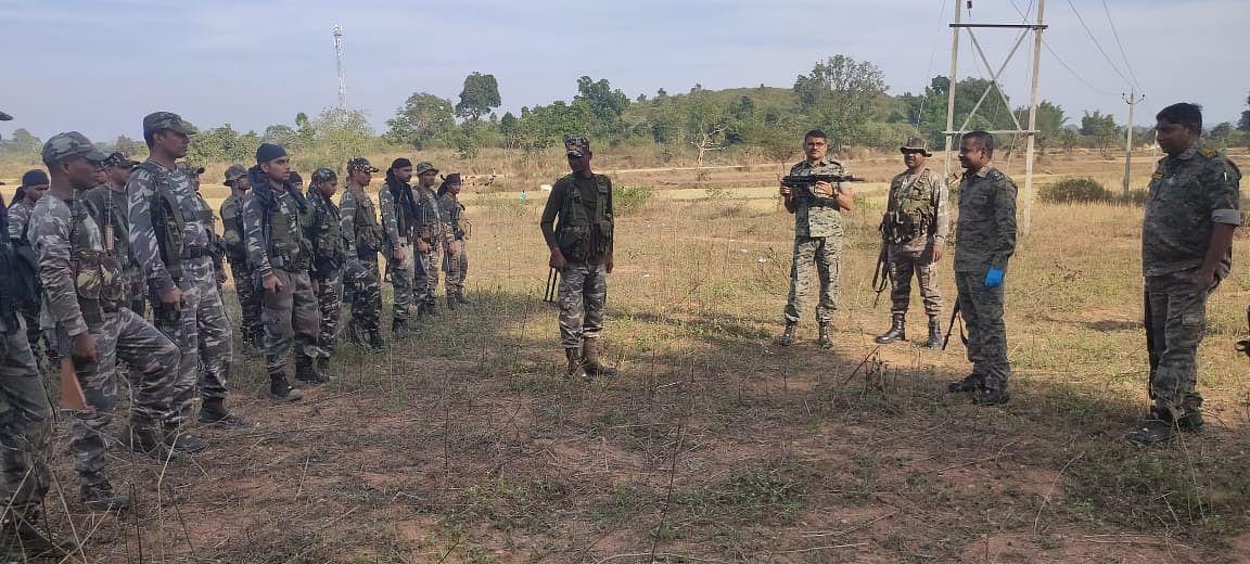 नक्सलियों की तलाश में एसपी ने जंगलों-पहाड़ों की छानी खाक, पीएलएफआई सुप्रीमो दिनेश गोप को हथियार डालने की दी नसीहत