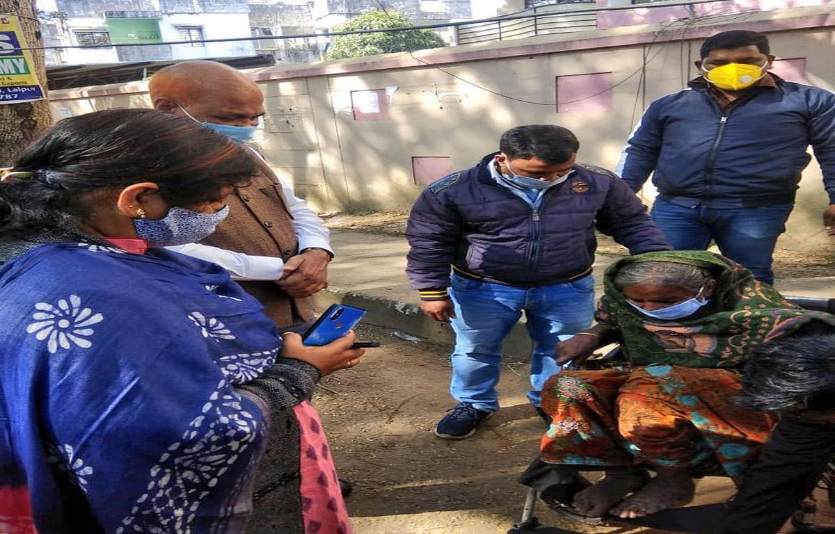 बेटे ने दिव्यांग मां को भीख मांगने के लिए सड़क पर छोड़ा तो सीएम हेमंत ने लिया संज्ञान, वृद्धा आश्रम में पनाह के साथ व्हील चेयर भी कराया उपलब्ध