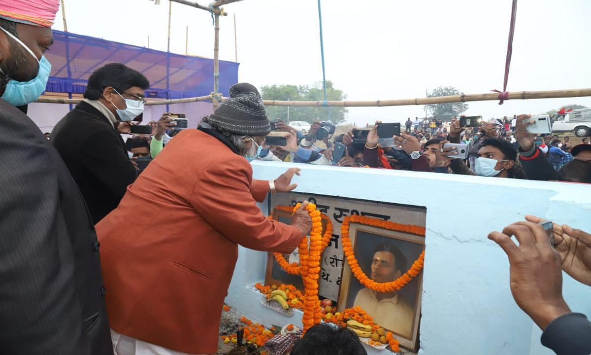 Jharkhand news : शहीद सोबरन सोरेन को श्रद्धांजलि देते मुख्यमंत्री हेमंत सोरेन और गुरुजी शिबू सोरेन.