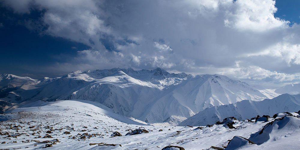 बर्फ से ढंकी पहाड़ियां