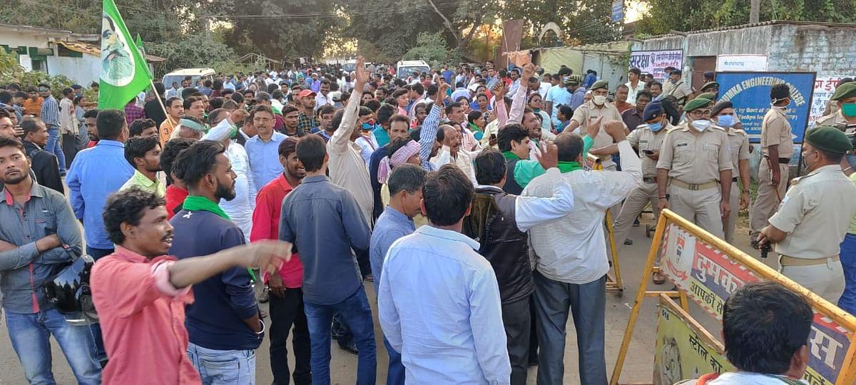मतगणना स्थल के बाहर जश्न का माहौल