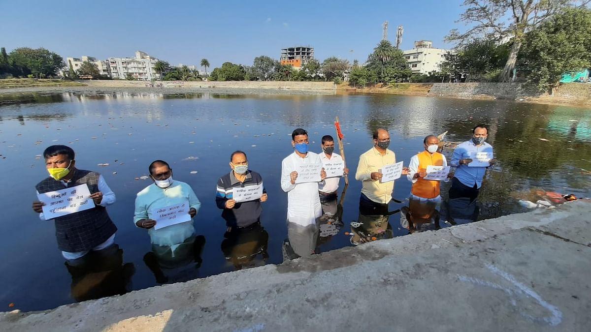 Chhath Puja 2020 : छठ पर हेमंत सरकार की गाइडलाइंस को भाजपा ने बताया तुगलकी फरमान, तालाब में खड़े होकर जताया विरोध
