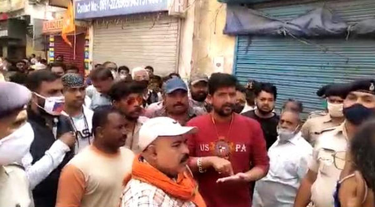 वरीय पुलिस अधिकारियों को स्थानीय लोगों ने घटना की जानकारी दी और मंदिर में तोड़फोड़ करने वाले की शीघ्र गिरफ्तारी की मांग की.