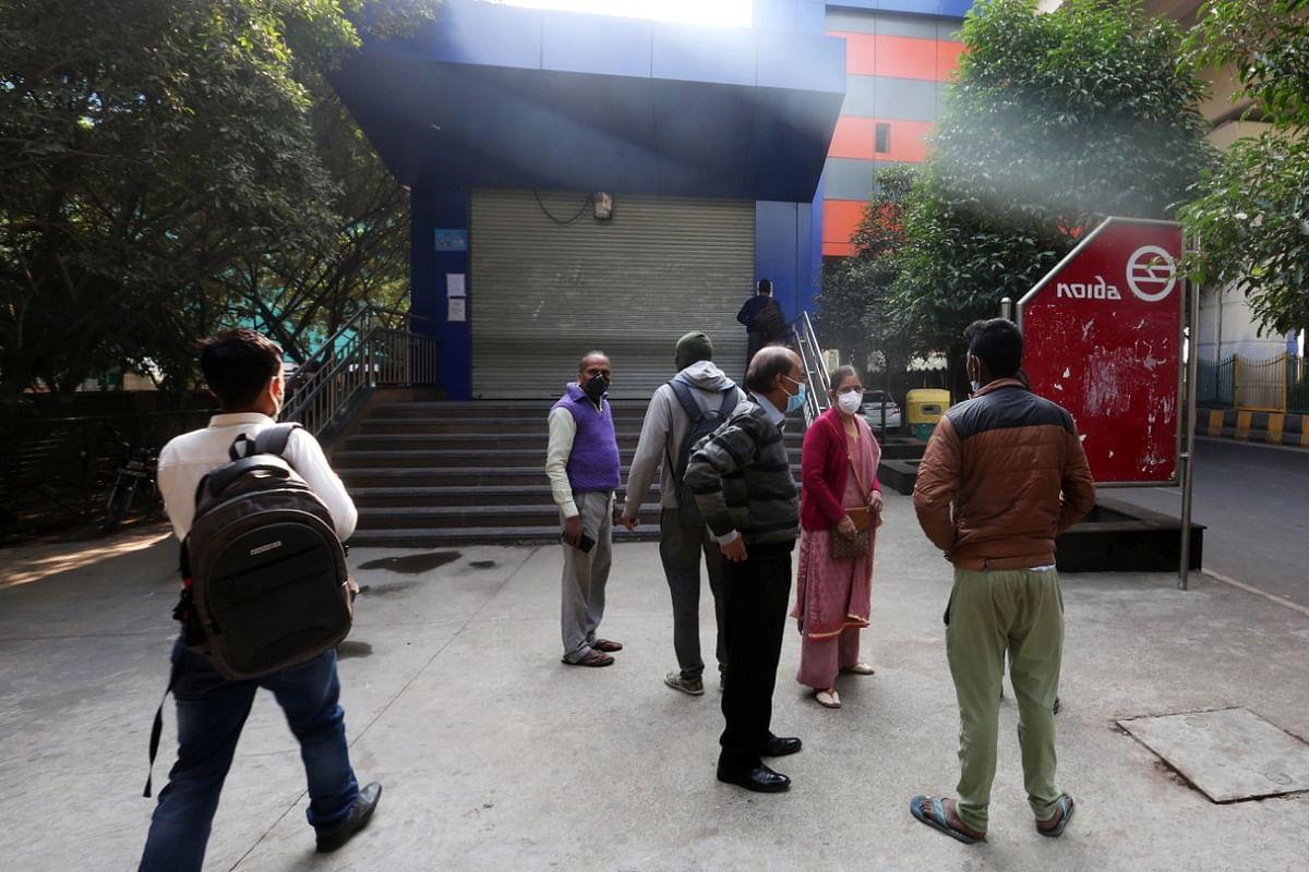 मेट्रो स्टेशन के बाहर खड़े लोग