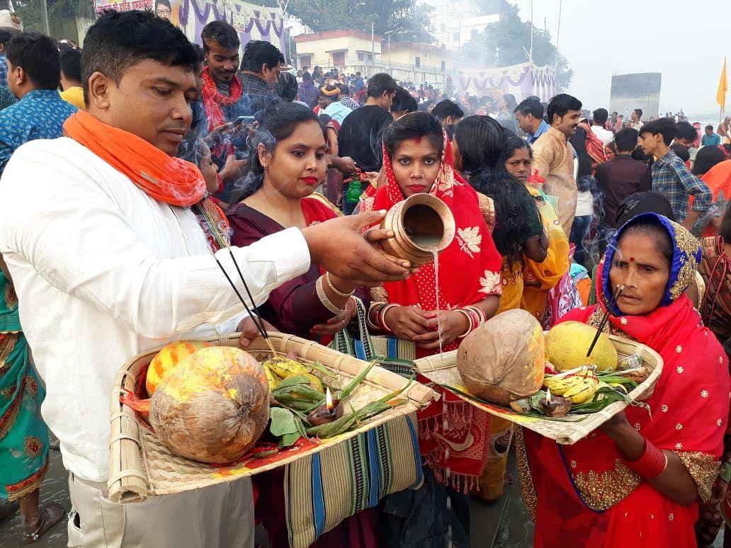 Chhath Puja 2020 : कोरोना पर भारी दिखी आस्था, उगते सूर्य को छठव्रतियों ने दिया अर्घ