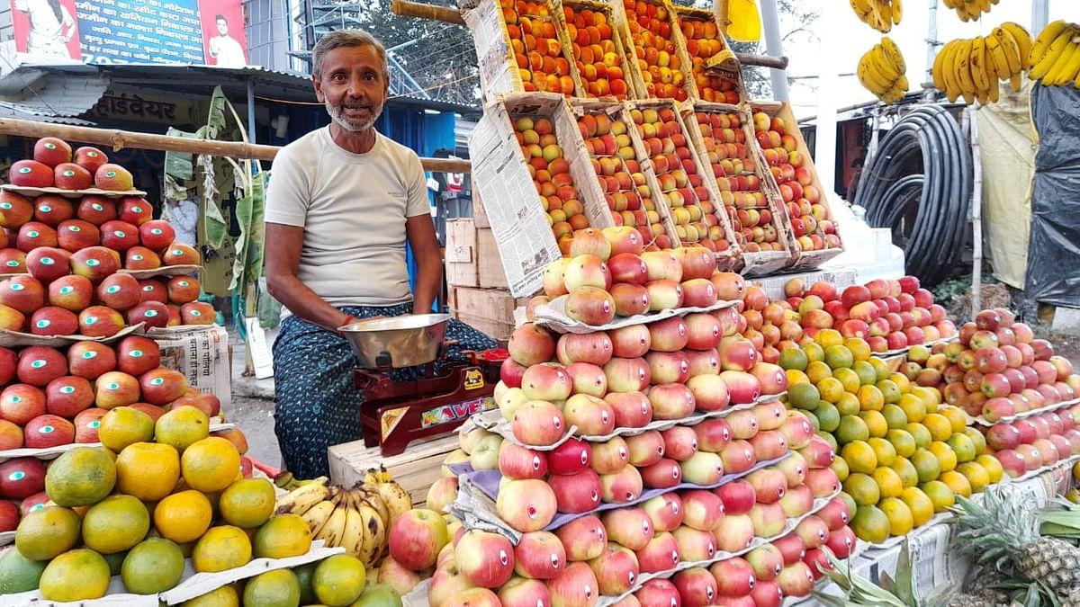 दुकान सजाकर बैठे हैं फल व्यवसायी, ग्राहक नदारद.