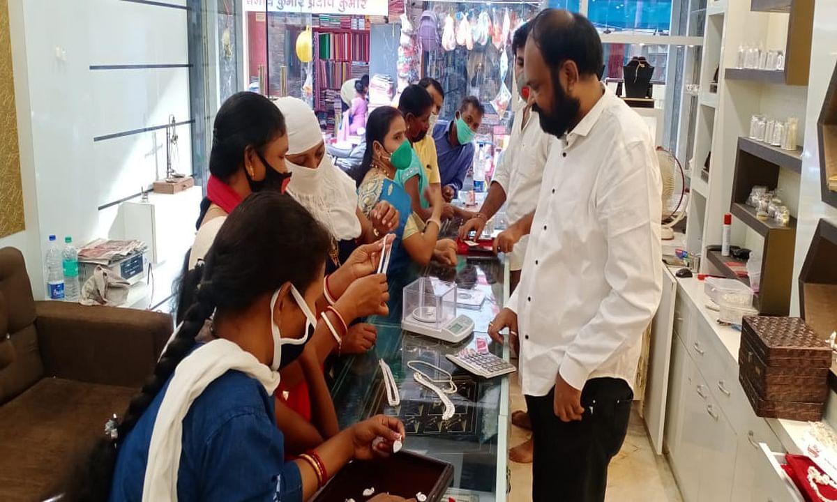 Jharkhand news : जिले के सर्राफा बाजार में सोने के साथ हीरे की खूब रही डिमांड.