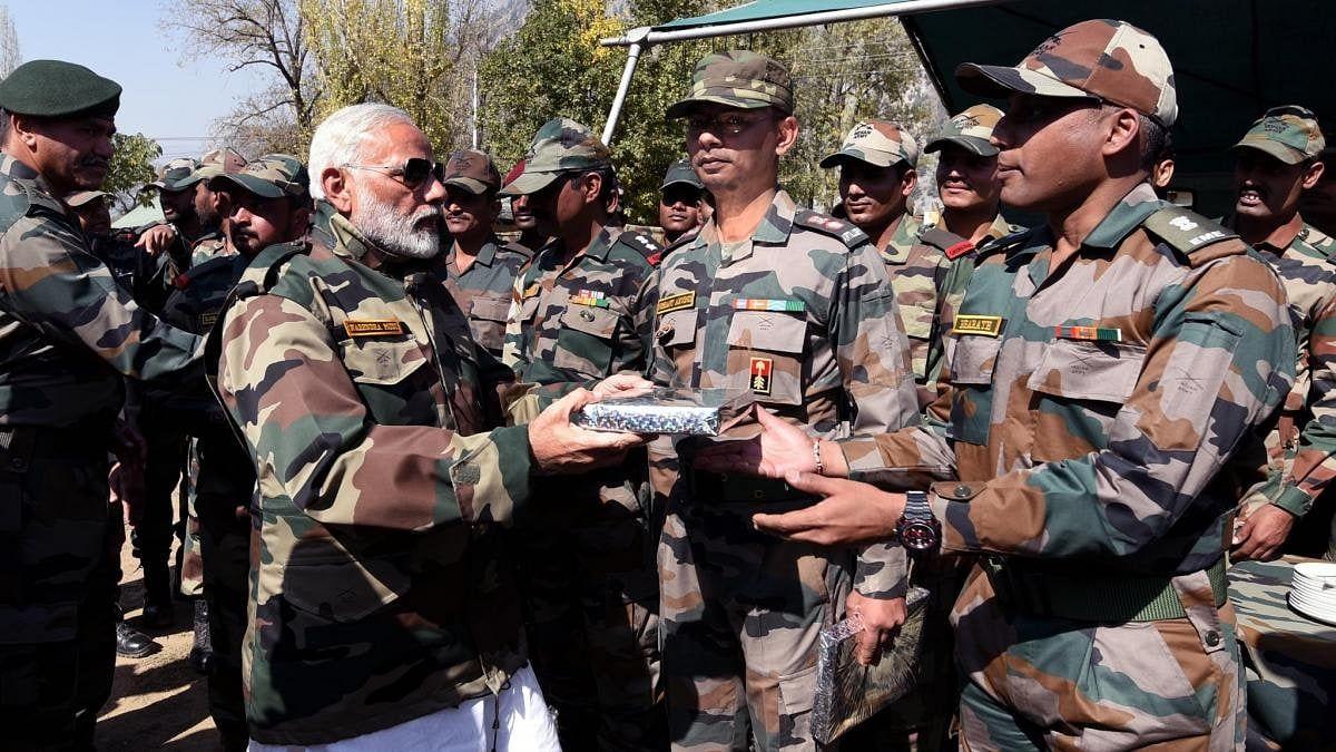 वीर जवानों के बीच PM मोदी ने मनायी दिवाली, चीन को दी चेतावनी- 'भारत को आजमाया तो प्रचंड जवाब मिलेगा'