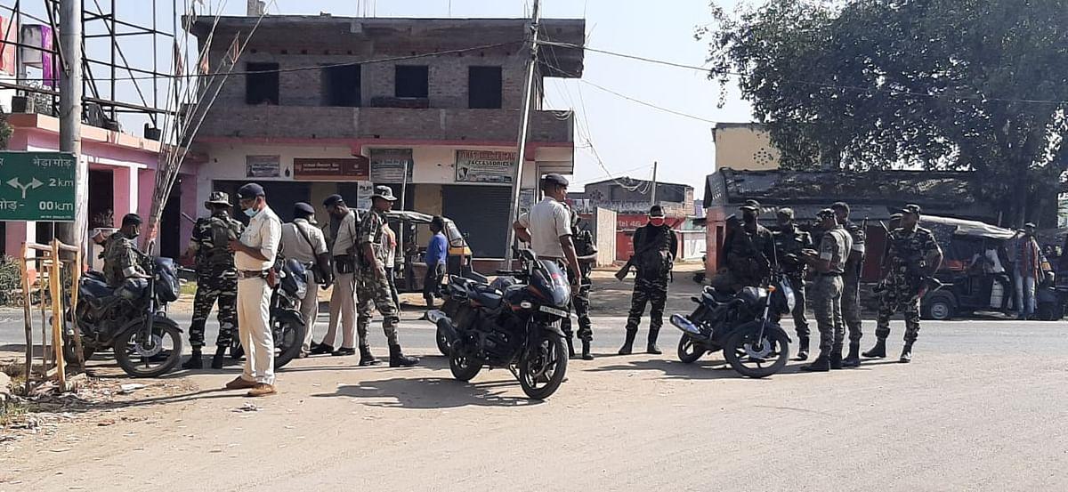 बांका जिला के ढाका मोड़ पर सुरक्षा व्यवस्था चाक-चौबंद है.