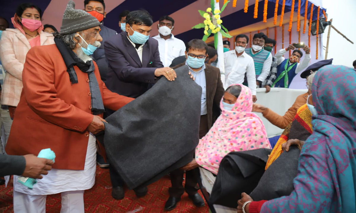 Jharkhand news : वृद्ध महिला एवं पुरुषों को कंबल देते झामुमो सुप्रीमो शिबू सोरेन.