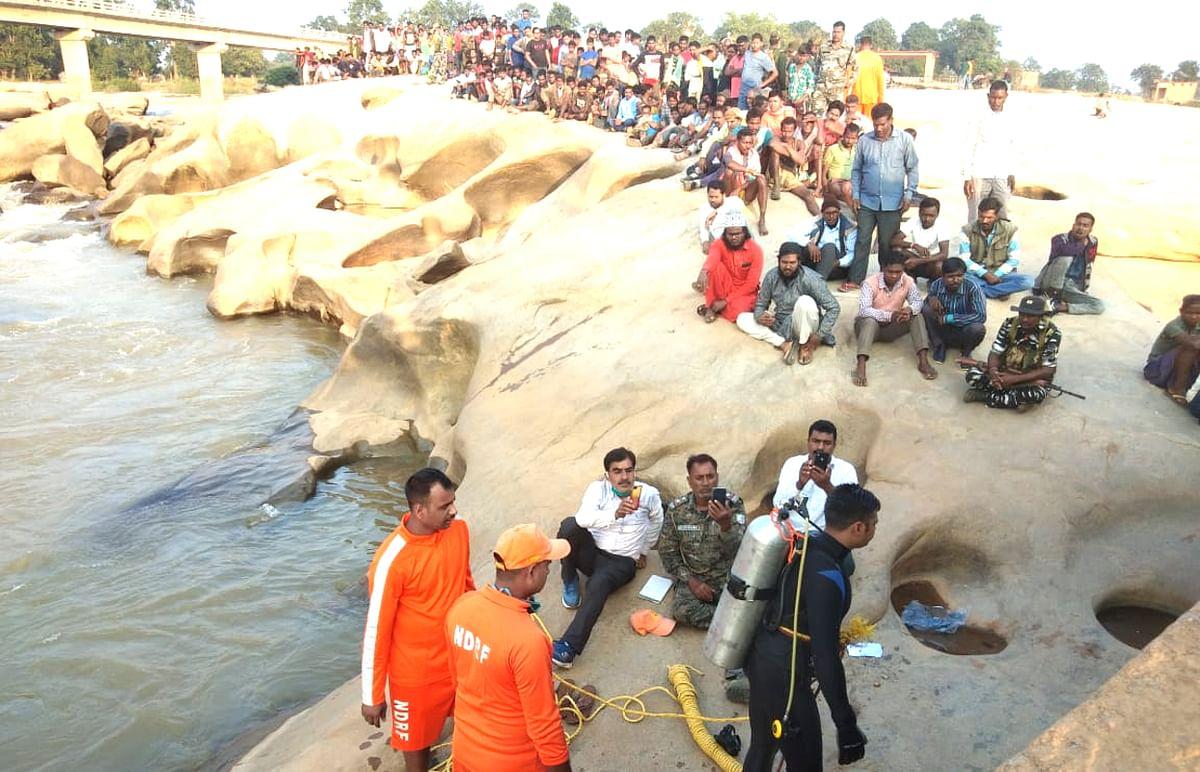 Gumla News: 48 घंटे बाद भी नदी में डूबे तीन युवकों का पता नहीं, हीरादह के कुंड देख डरे NDRF के जवान
