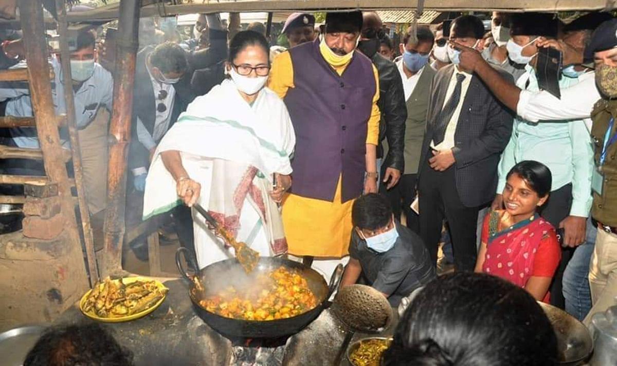 VIDEO: ...जब सड़क किनारे होटल में सब्जी पकाने लगीं पश्चिम बंगाल की मुख्यमंत्री ममता बनर्जी