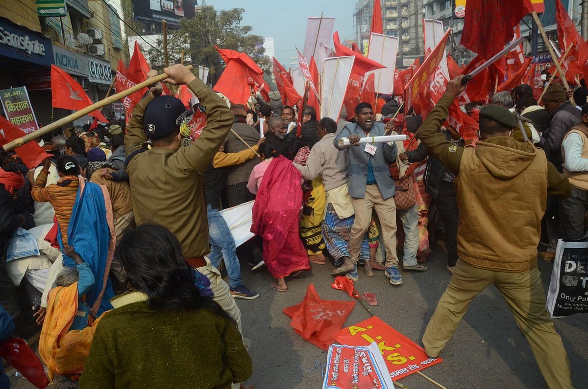 अखिल भारतीय किसान संघर्ष समन्वय समिति द्वारा किसानों के राजभवन मार्च पर हुये पुलिसिया लाठीचार्ज की एसयूसीआइ (कम्युनिस्ट) ने निंदा की है. संस्था के राज्य सचिव अरुण कुमार सिंह ने इस घटना की निंदा करते हुये कहा कि किसान विरोधी तीन कृषि कानूनों को अविलंब वापस लेने की मांग कर रहे किसानों के शांतिपूमर्ण मार्च पर पुलिस द्वारा लाठीचार्ज करना दमनात्मक कारवाई है.