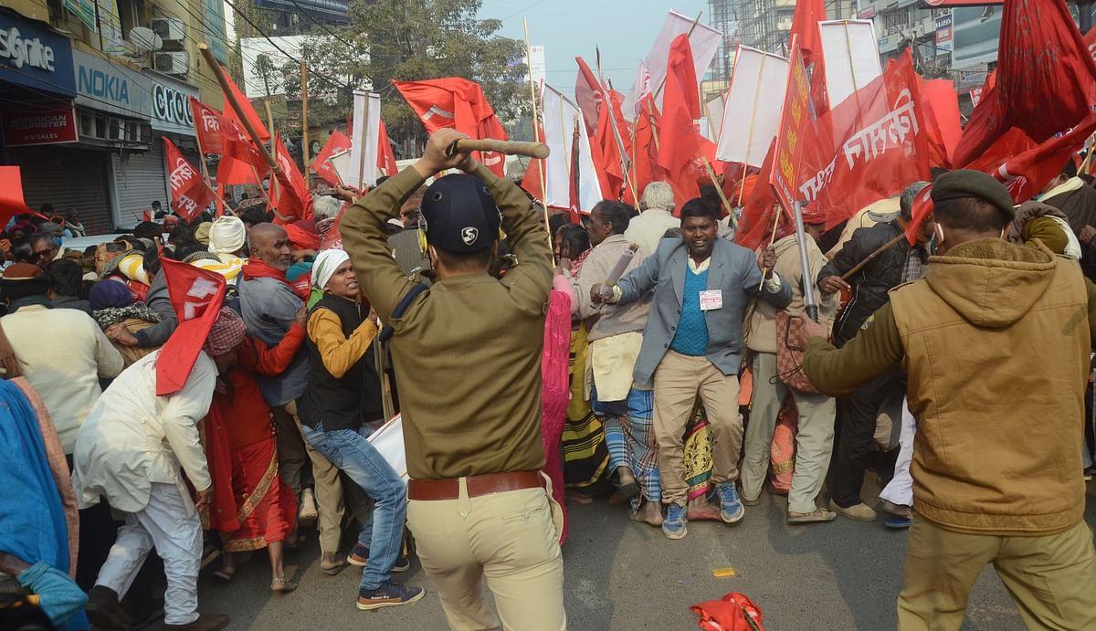 कृषि बिल के विरोध में प्रदेश के विभिन्न कोने से आये प्रदर्शनकारियों ने मंगलवार को राजभवन मार्च किया. मार्च गांधी मैदान से निकलकर राजभवन की ओर से बढ़ने लगा. मार्च अभी डाकबंगला चौराहा पर पहुंचा ही था कि पुलिस ने आंदोलनकारियों को आगे बढ़ने से रोक दिया. किसान आगे राजभवन की ओर जाना चाहते थे, लेकिन पुलिस ने किसी को आगे बढ़ने की इजाजत नहीं दी. कहासुनी के बीच धक्कामुक्की होने लगी. इसके विरोध में पुलिस को लाठीचार्ज करना पड़ा.